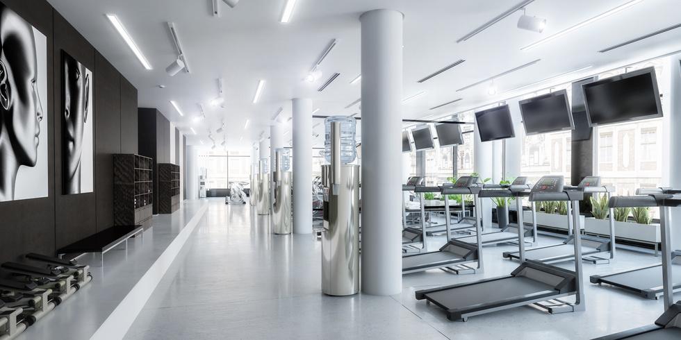Laufbänder im Fitness-Zenter, leer (panoramisch)